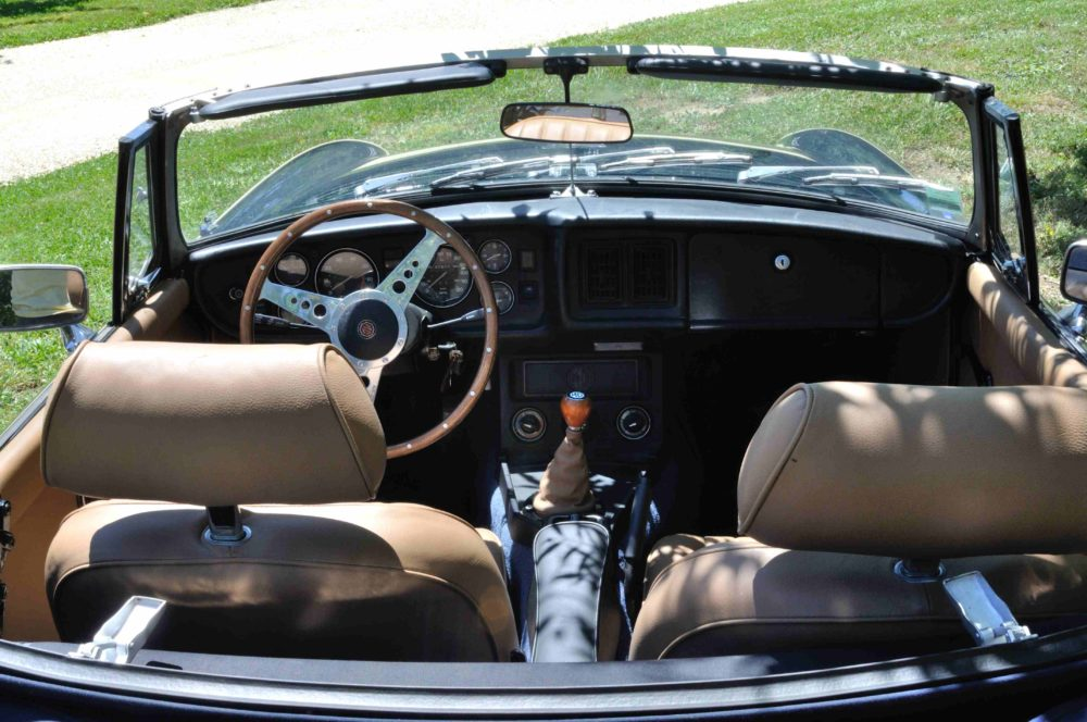 Classic Cars in Gers MGB bleue 2
